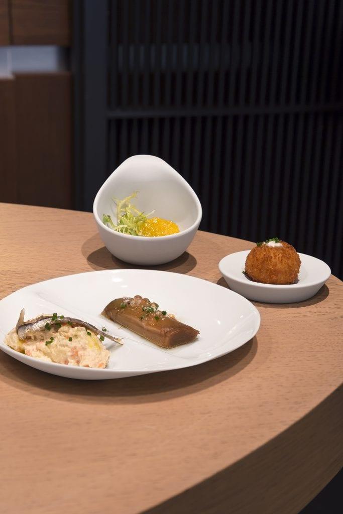 Plateselector - Croqueta de calabaza con puerro escabechado y ensaladilla rusa y ensalada de arenque del Restaurante Sandó de Madrid